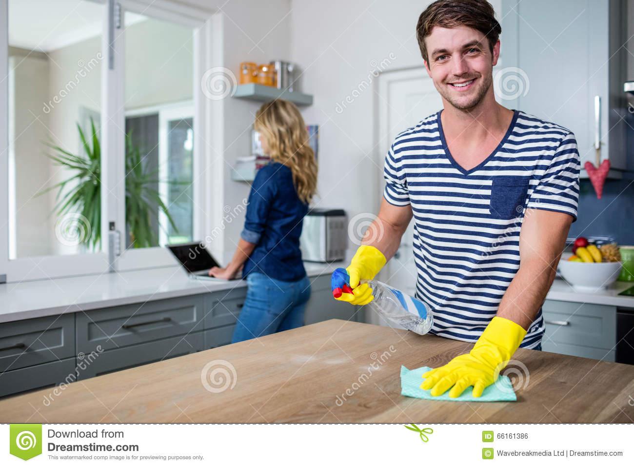 Tâches d'entretien ménager: que font les entreprises de nettoyage?